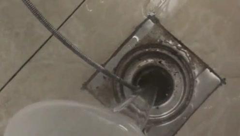 厨房下水道堵住了,用开水烫也下不去,谁有好办法?