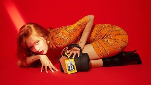 泫雅新写真穿橘色紧身短裙跪地, 金发红唇大秀魔鬼身材