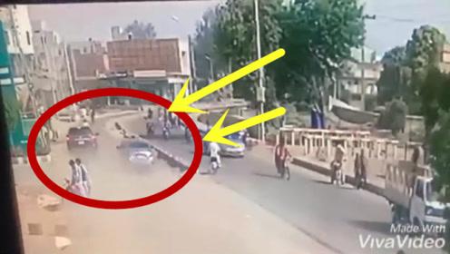 越野车飙车失控,路人2死5伤!监控拍下悲惨一幕!