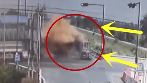 摩托车路口刚停下,下一秒连人带车瞬间粉碎,现场画面真是惨烈!