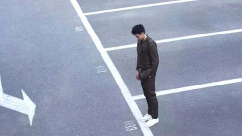 陈飞宇背包口袋复古套装,时髦又保暖的秋日造型