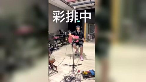 周杰伦自弹自唱《说好不哭》,为演唱会首唱做足准备