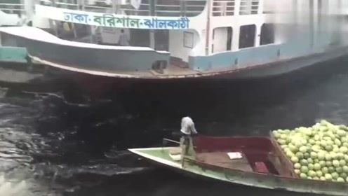 现实版的碰碰船,两男子使出洪荒之力,能挽救自己吗