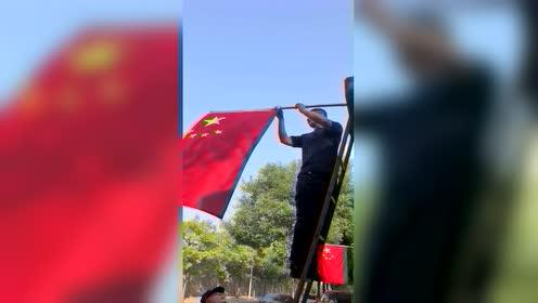 强迫症消防员 国旗就要迎风飘扬