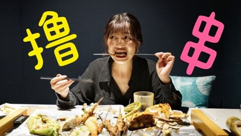 国庆前去看了《攀登者》试映,吴京和井柏然闪现,晚上吃一顿烧烤