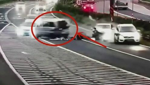 男子高速上走错路停车变道,监控拍下他最后的惊险时刻