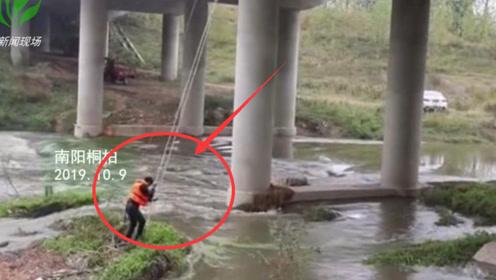上游放水钓鱼男子被困河中央 南阳消防成功救援