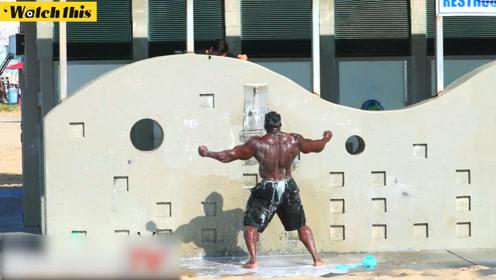 爆笑!筋肉大兄弟洗澡遭遇洗发水恶作剧 洗个澡洗到崩溃
