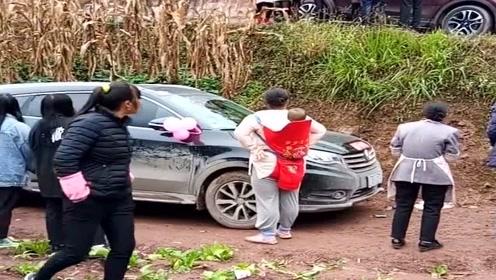 村长的儿子结婚了,没想到婚车刚到村口就出了故障,太不吉利了!