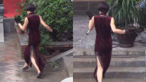 马伊琍旗袍装脚踩恨天高雨中狂奔,小碎步摇摆纤细腰肢略显可爱