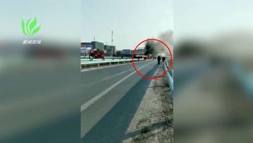突发!新疆一辆大货车自燃 浓烟滚滚