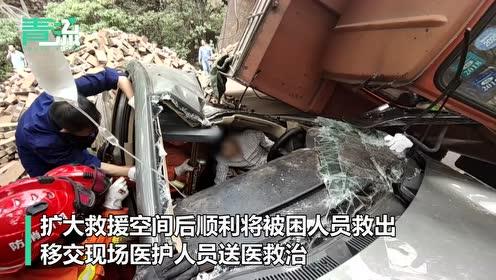 货车侧翻压住轿车 攀枝花消防员从一车砖头中救出被困司机