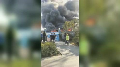 青岛一建筑工地板房起火浓烟滚滚 现场伴有大量刺鼻气味