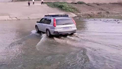 村里的大桥正在抢修,没想到老司机竟然开车从河里过去,胆子不小啊!