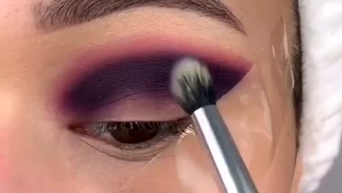 外国美女原来是用透明胶带画出好看的眼妆,小技巧我学会了