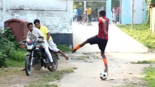 有人冲着我的头踢足球?上去就要打人,路人:我这暴脾气