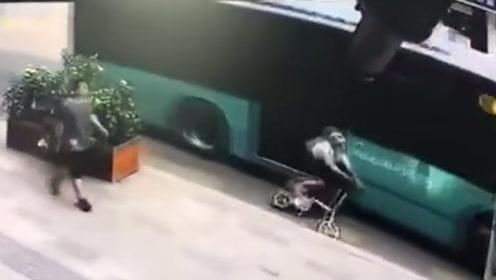 女子骑车遭公交车剐倒碾压 监控探头拍下骇人瞬间