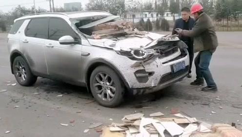 路虎也怕砸,车头损毁了!