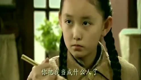 女童跟舅妈生活,吃饭不敢夹菜,舅妈看不过去拿起筷子就把碗夹满