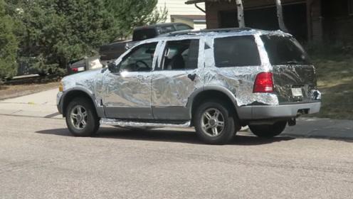 两个小伙恶搞好友,用铝箔纸包裹好友的车,这交的是什么损友