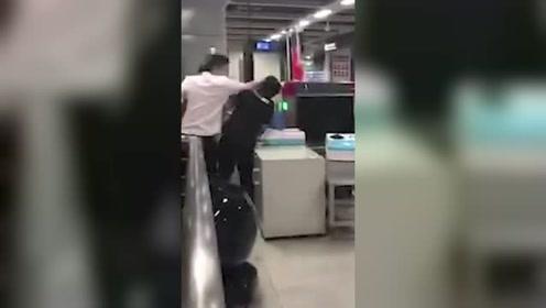 警方通报乘客打安检员:2人主动投案