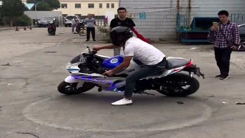 小伙子骑摩托车原地漂移画圈圈,这技术太牛了,除了羡慕只能说佩服了!