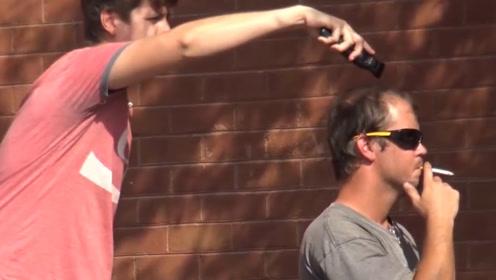 老外疯狂作死,拿着理发器在街上剃路人的头发,路人:我做错了啥