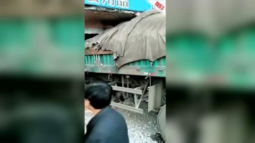 河北一货车凌晨撞进商店 店主夫妻被埋司机被困