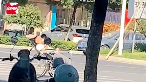 太危险!江西一大爷斑马线上躺轮椅吃苹果:为了晒太阳