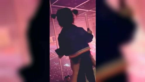 郭富城女儿学爸爸跳舞有模有样,拿荧光棒手舞足蹈为爸爸加油
