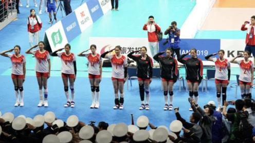 惜败巴西队后,兵哥哥与女排互敬军礼 现场高喊:你们最棒
