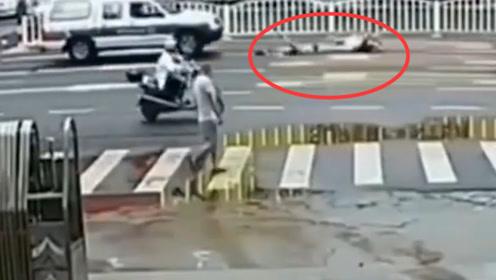 男子带孩子横穿马路,被汽车直接撞飞三四米,监控拍下全过程
