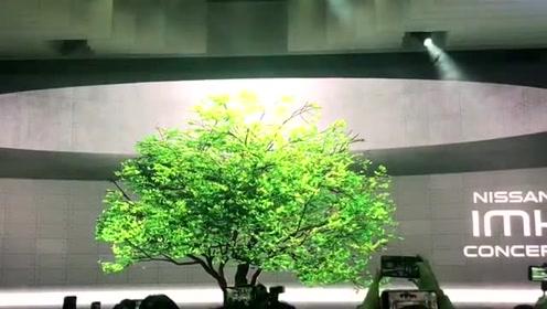 东京车展日产展台上不断变换颜色的樱花树