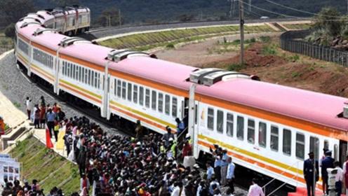 又一条中国援建铁路通车,群众蜂拥而至,当地官员:等了一百年