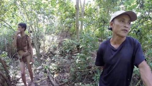 和儿子在丛林生活41年,认为世界上没人了,直到探险队者发现他们