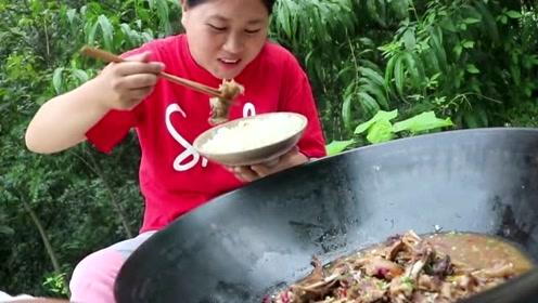 农村版铁锅炖大鹅,胖妹越来越能吃了,10斤大鹅胖妹全捡着肉吃!