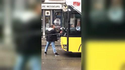 男子强行拦住公交车 站挡风玻璃前模仿迈克尔·杰克逊