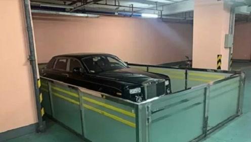 广东658万劳斯莱斯占用两车位,还用玻璃围起来,车主:为了别人好