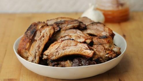 一大勺蜂蜜直接浇在牛排上,围着炉子转圈烤,这场面太诱人了!