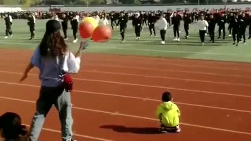 运动会上别班的老师,在对面给学生领舞,鞋带开了都不知道