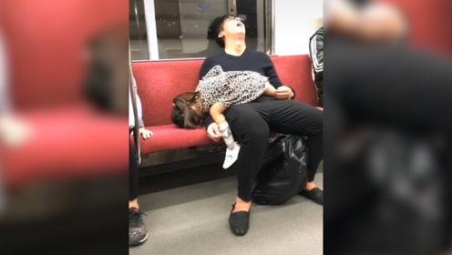"""爸爸带娃玩一天 地铁上双双酣睡 网友:拼了老命跟娃""""同归于尽"""""""