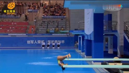 """尴尬!巴西女将一脚踏偏,整个人""""脱离跳板""""跌入水中,解说:糟了0分!"""