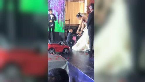 4岁弟弟单膝跪地给姐姐送婚戒 笑翻全场