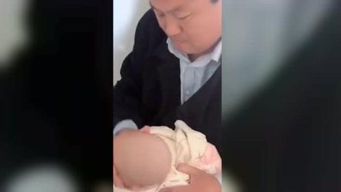 """[北京]宠到""""变形""""!爷爷给孙女洗脸 硬核操作笑翻网友"""