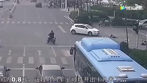 电动车停在马路中间打电话!女司机直接撞过来!太惨了