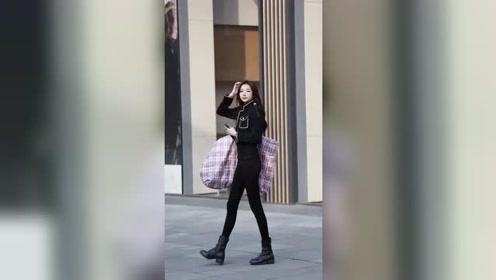 长得漂亮身材好的姑娘就是不一样,随便背个包上街都能引领时尚