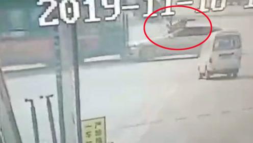 宝马飞撞电动车顶行女骑手又怼上公交车 监控画面曝光