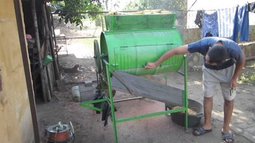 """40岁大叔发明""""汽油桶""""剥玉米机,一天能剥8亩玉米,200元造一台"""