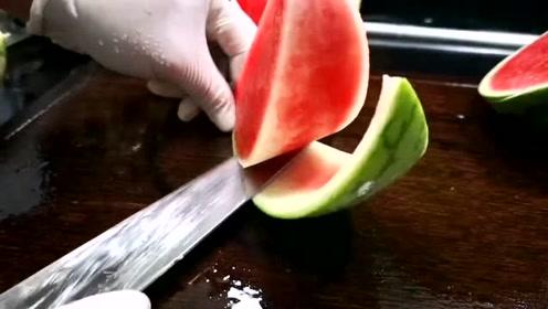 老板让做小西瓜的造型,切成爱心的样子上桌,这样才能提高它的价值!