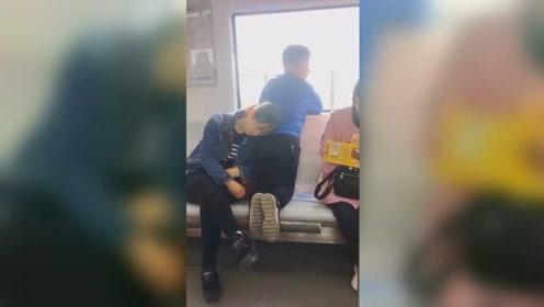 """暖心!男孩地铁上跪在座椅上 一动不动给犯困妈妈当""""依靠"""""""